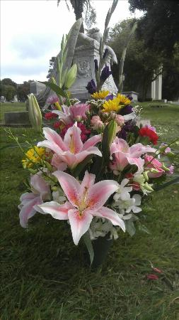 Premium Gravesite Bouquet Funeral Flowers, Sympathy Flowers, Funeral Flower Arrangements from San Francisco Funeral Flowers.com Search for chinese funeral, sympathy funeral flower arrangements from our SanFranciscoFuneralFlowers.com website. Our funeral and sympathy arrangements include crosses, casket covers, hearts, wreaths on wood easels, coronas fúnebres, arreglos fúnebres, cruces para velorio, coronas para difunto, arreglos fúnebres, Florerias, Floreria, arreglos florales, corona funebre, coronas